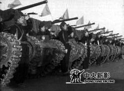 接受检阅的炮兵部队