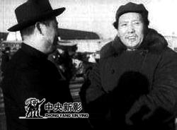 毛主席与傅作义亲切交谈
