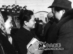 毛主席与李德全、蔡畅握手